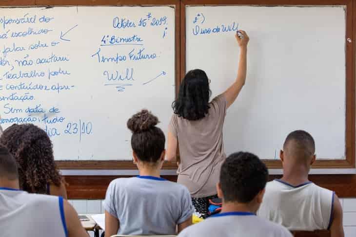 sala de aula com professora e alunos