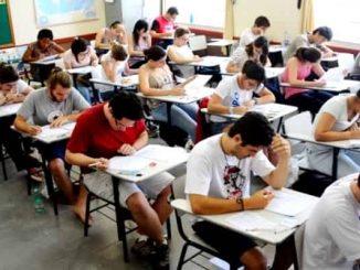 estudante fazendo provas na sala