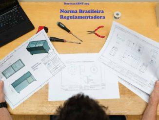 profissional trabalhando na mesa seguindo norma brasileira regulamentadora