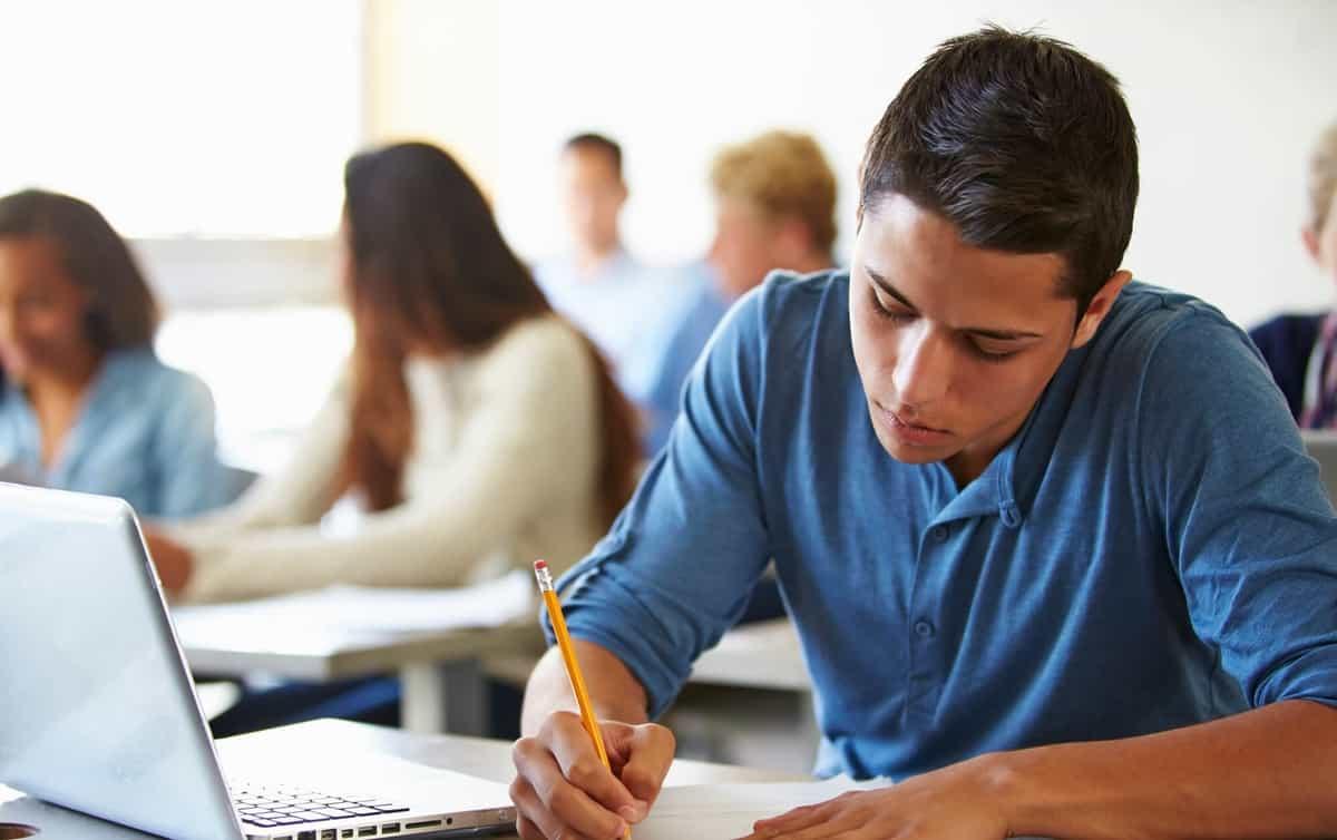 um aluno fazendo prova do enem 2022